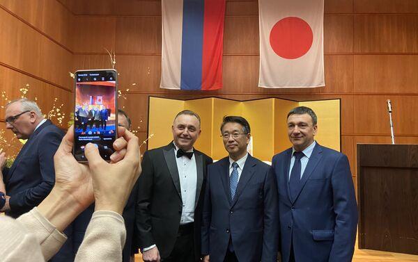 上月大使と記念写真 - Sputnik 日本