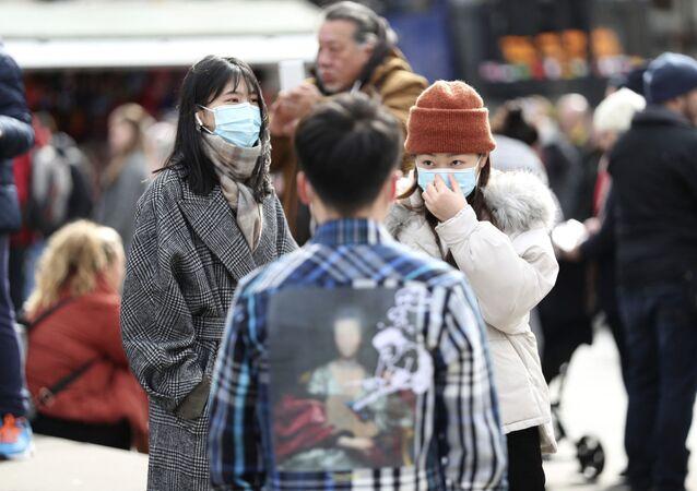 マスクをつけたロンドン人