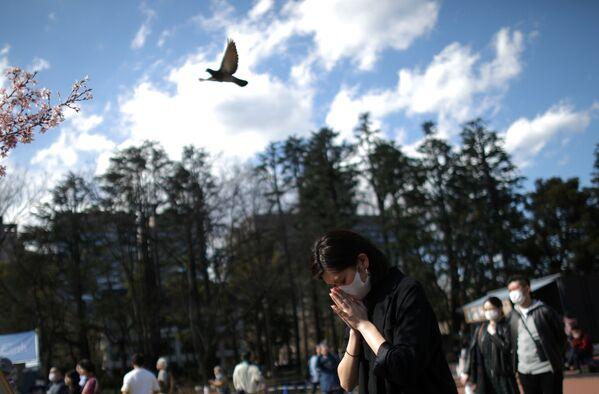 黙祷を捧げる女性(東京) - Sputnik 日本