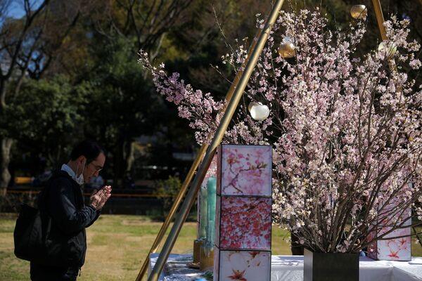 黙祷を捧げる男性(東京・日比谷公園) - Sputnik 日本