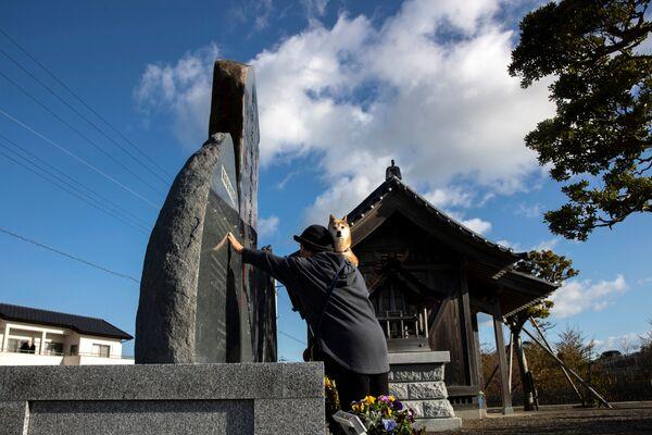 記念碑に手をついて黙祷する女性(福島県いわき市) - Sputnik 日本