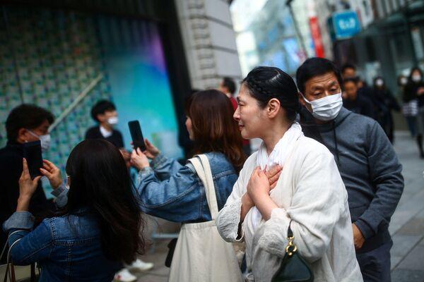 ショーウインドウに飾られたメッセージを見つめる女性(東京・銀座) - Sputnik 日本