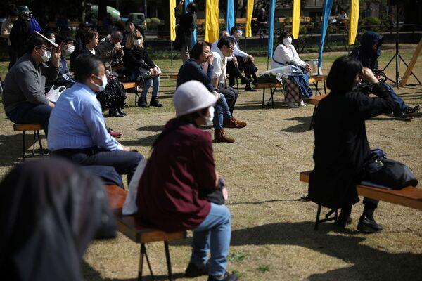 黙祷をしに集まった市民(東京・日比谷公園) - Sputnik 日本