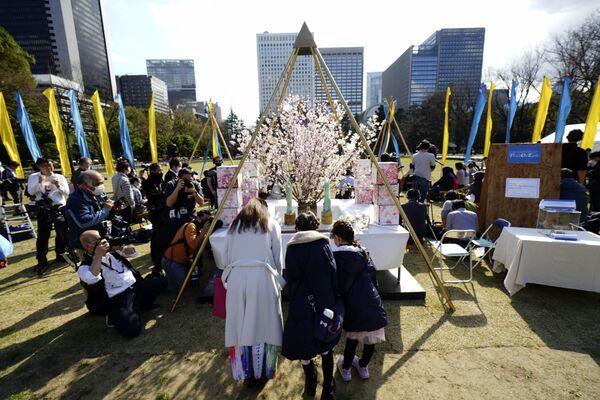 311未来へのつどい「Peace on Earth」献花する人々(東京・日比谷公園) - Sputnik 日本
