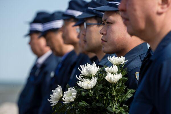 1分間の黙祷をおこなう警察官(福島県浪江町) - Sputnik 日本