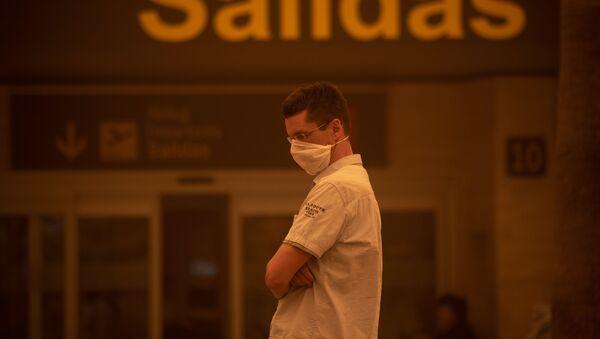 Мужчина в защитной маске в аэропорту Тенерифе - Sputnik 日本