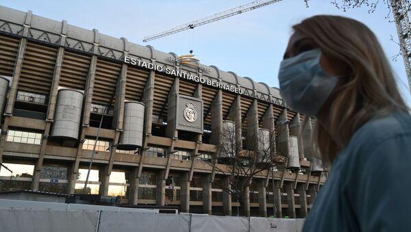 Девушка в защитной маске у стадиона Сантьяго Бернабеу в Мадриде - Sputnik 日本