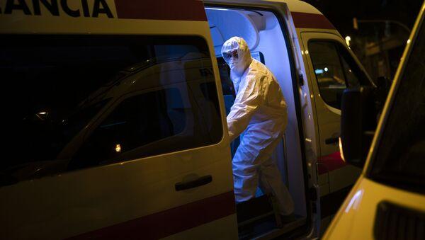 Скорая помощь перевозит пациента с коронавирусом, Испания - Sputnik 日本