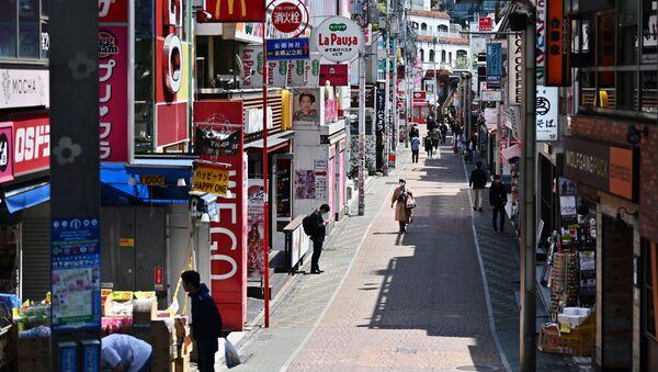 Люди идут по обычно оживленной улице Такешита в токийском районе Харадзюку в первый день после объявления чрезвычайного положения в Токио - Sputnik 日本