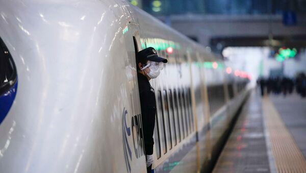 Полицейский в поезде на железнодорожном вокзале в Ханькоу, Китай - Sputnik 日本