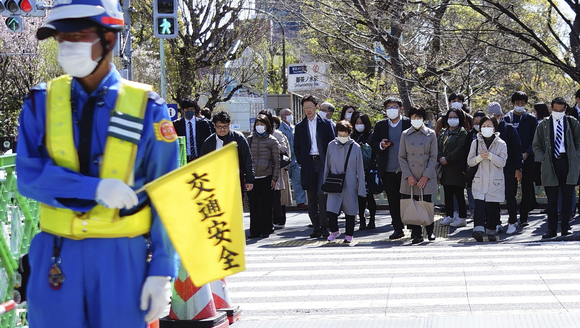 交差点で待っているマスクを履いた人 - Sputnik 日本, 1920, 04.06.2021