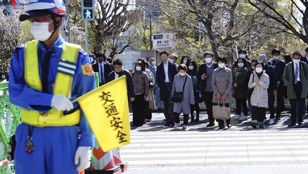 交差点で待っているマスクを履いた人 - Sputnik 日本