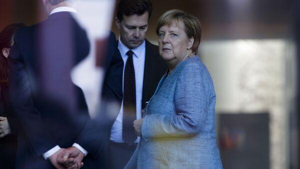 アンゲラ・メルケル首相とシュテッフェン・ザイベルト報道官 - Sputnik 日本
