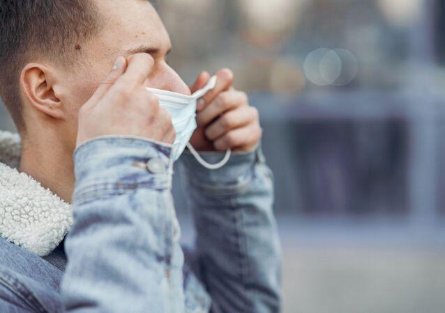 マスクをつけている人(アーカイブ写真)