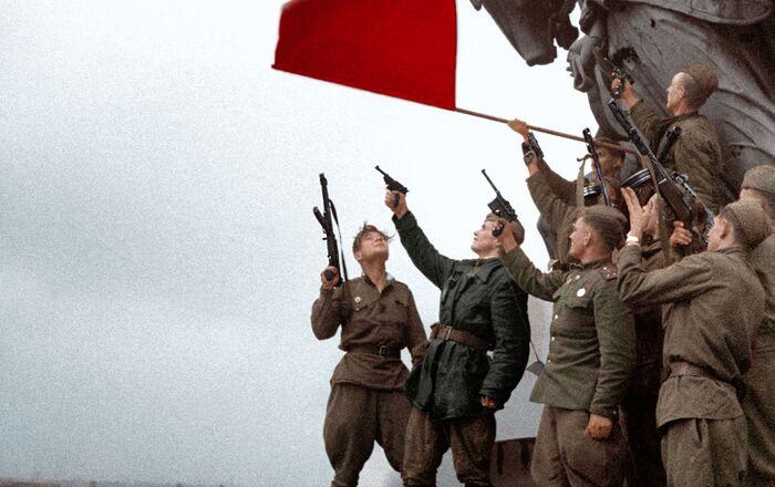 ドイツ国会議事堂(ライヒスターク)の屋上に赤旗を掲げるソ連兵