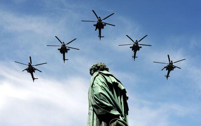戦勝70周年記念パレードに参加した攻撃型ヘリコプターMi-28(2015年)