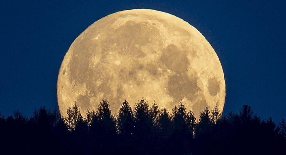 月(アーカイブ写真)