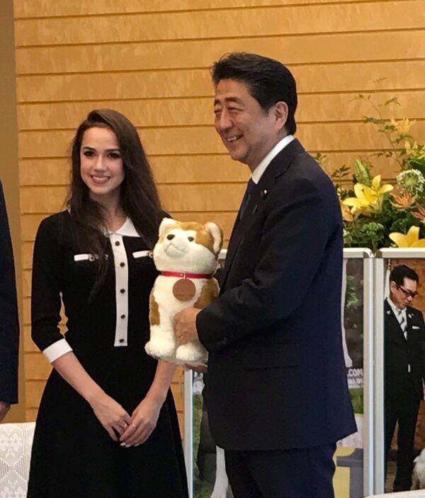 2019年、首相官邸にて 日本の安倍首相を表敬訪問するザギトワ選手  - Sputnik 日本