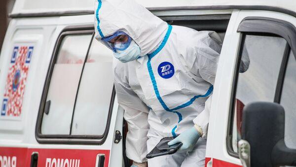 Медик у машины скорой помощи в карантинном центре в Коммунарке - Sputnik 日本