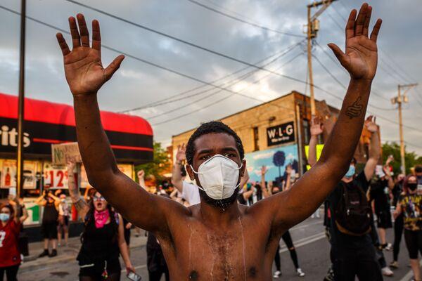 マスクをし抗議デモに参加する男性 - Sputnik 日本