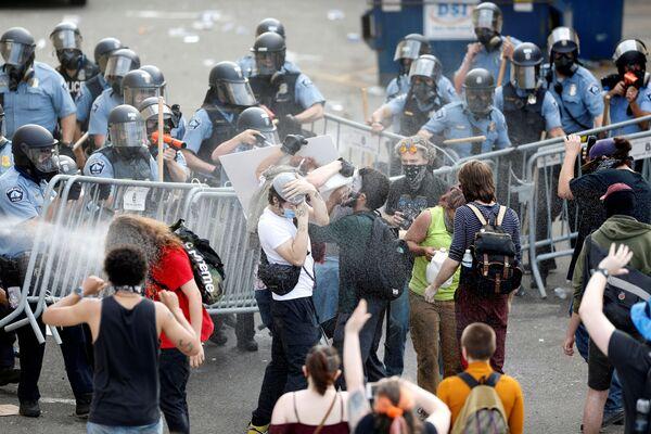 デモ参加者に向かって催涙ガスを発射する警官 - Sputnik 日本