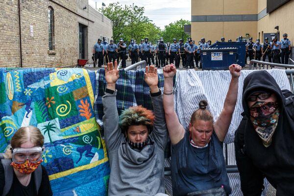 手を挙げてジョージ・フロイドさんの死に抗議するデモ参加者 - Sputnik 日本