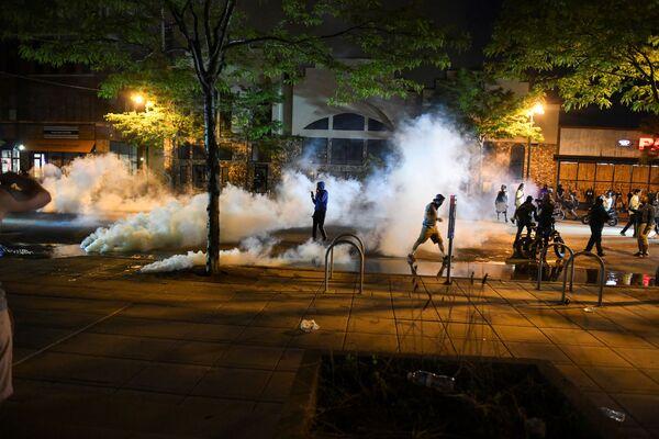 第3管区の警察署前に発射された催涙ガスを避けるデモ参加者 - Sputnik 日本