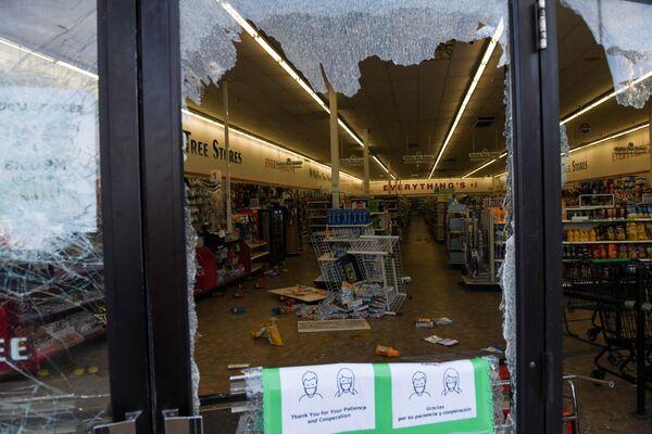 デモ参加者によって割られた窓ガラス - Sputnik 日本