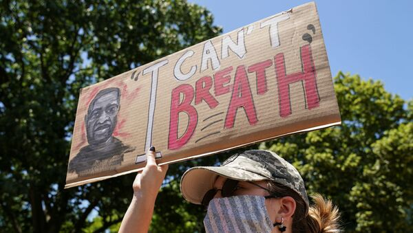 A woman holds up a sign near the White House to protest over the death in Minneapolis police custody of George Floyd in Washington, U.S., June 1, 2020 - Sputnik 日本