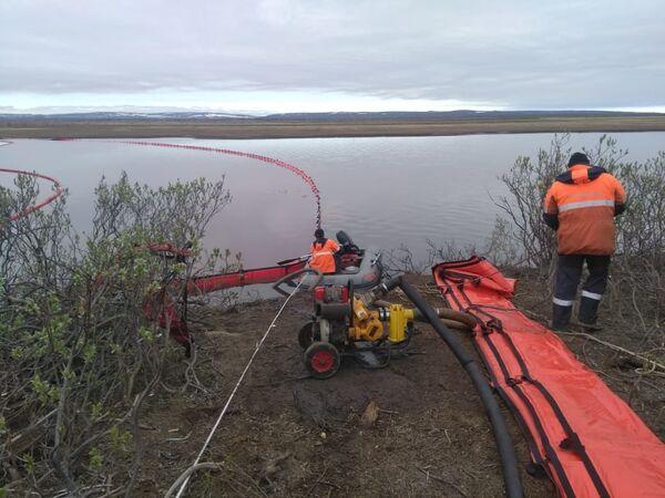 アンバルナヤ川の河口で除染作業にあたる海洋救助局の職員 - Sputnik 日本