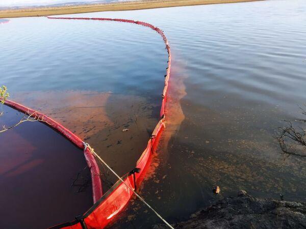 アンバルナヤ川の河口に貼られたオイルフェンス - Sputnik 日本