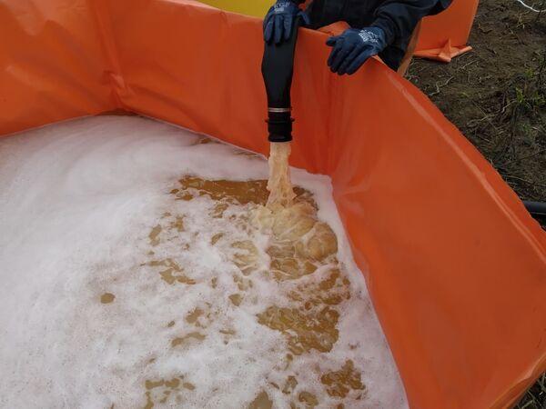 ディーゼル燃料の流出によって汚染された川の水 - Sputnik 日本