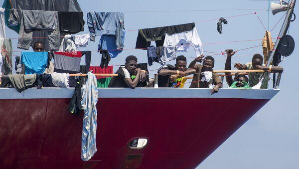 Мигранты сушат свою одежду на борту катера в 20 километрах от Мальты - Sputnik 日本