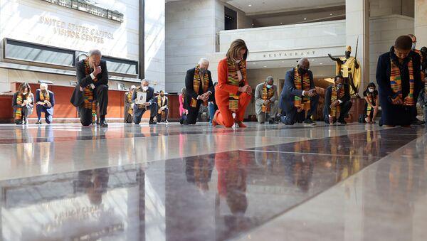 Спикер Палаты представителей США Нэнси Пелоси и сенатор США Чак Шумер на коленях во время минуты молчания в честь Джорджа Флойда, Вашингтон - Sputnik 日本