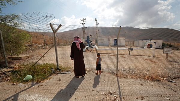 Палестинцы смотрят на водопроводные трубы на окупированном Израилем Западном берегу реки Иордан  - Sputnik 日本