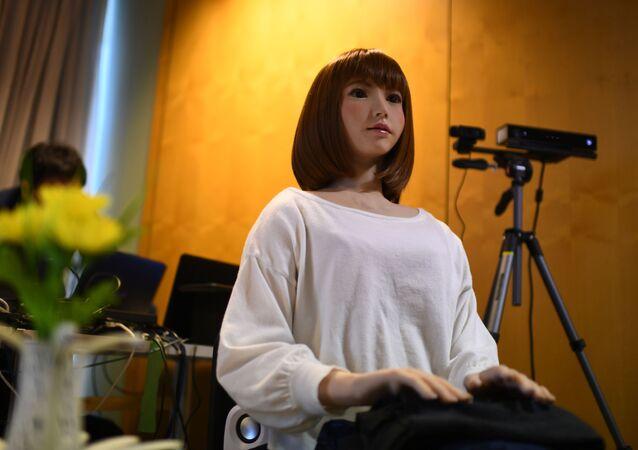 日本製のロボットERICA(アーカイブ写真)