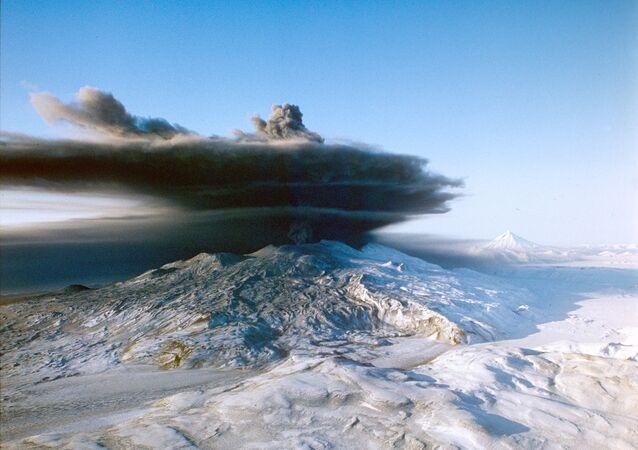 カムチャツカ クリュチェフスカヤ火山、噴煙3000メートル
